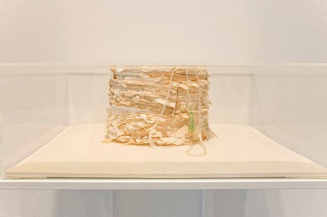 """Alzacuellos para aprender a dejar de contar de historias"", 2015. Book spines, silver thread and green thread on satin-lined base, in lacquered wood display case, with methacrylate box option. 15 x 42 x 42 cm."